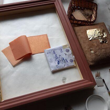 Kiota iekšrāmja zeltīšana ar lapiņu zeltu