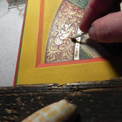 zelta ornamenta, kas gleznots ar šķidro zeltu, pulēšana